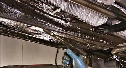 Bottenplattan slutbehandlas med en tjock rostskyddsprodukt för att klara mekaniskt slitage