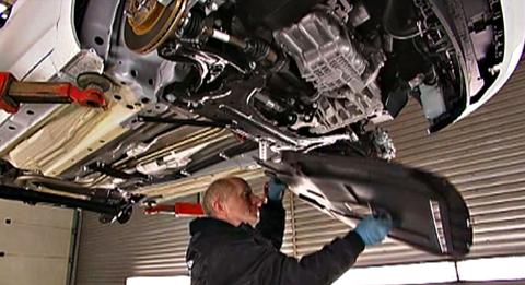 Demontering - Bilen hissas upp och hjulen samt ett 10-tal plastpaneler på underrede och hjulhus monteras av.